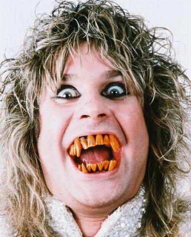 Nos tempos em que frequentava ótimos dentistas. (Foto de divulgação para o disco Bark At The Moon de 83).
