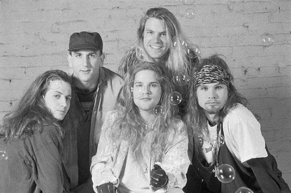 Mother Love Bone: Stone Gossard (guitarra base), Greg Gilmore (bateria), Bruce Fairweather (guitarra solo), Andrew  Wood (vocal) e Jeff Ament (baixo).