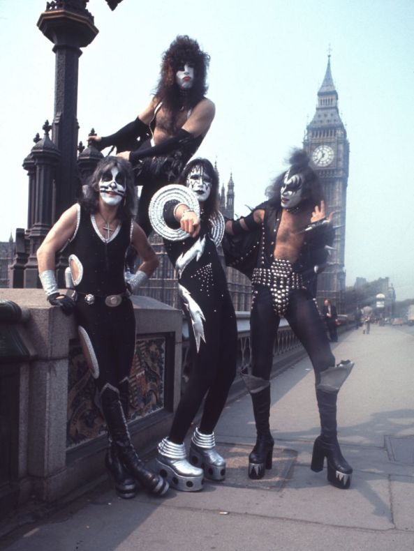 Na crista da onda em 76: no alto o vocalista e guitarrista base Paul Stanley, o baterista Peter Criss, o guitarrista Ace Frehley e o baixista e vocalista Gene Simmons.